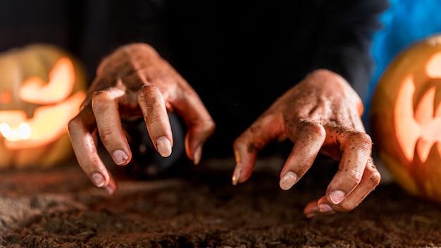 Жуткие руки крупным планом на хэллоуин Бесплатные Фотографии