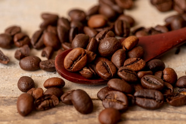 Close-up spoon with roasted coffee beans Free Photo