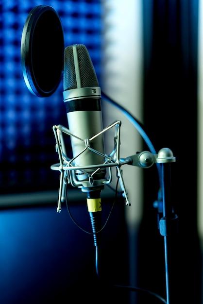 Закройте студийный конденсаторный микрофон с поп-фильтром и антивибрационное крепление в реальном времени с цветными огнями. вид сбоку Premium Фотографии