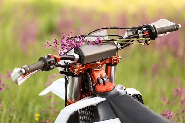 花とスタイリッシュなバイクをクローズアップ 無料写真