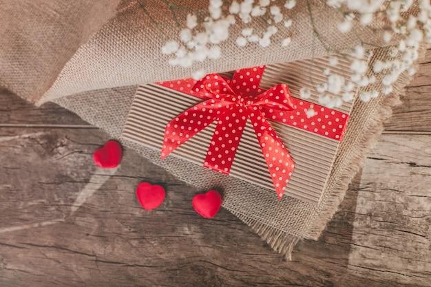 Primo piano di sorpresa il giorno di san valentino Foto Gratuite