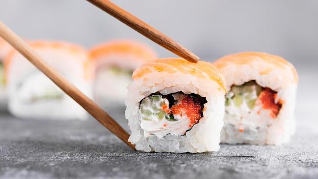 Крупным планом суши роллы с палочками для еды Premium Фотографии