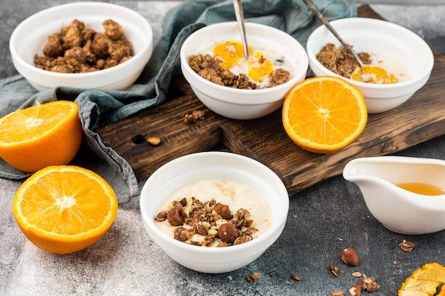 Вкусные завтраки с мюсли и апельсином Бесплатные Фотографии