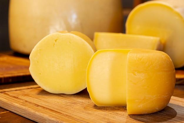 Крупным планом вкусные ломтики сыра Бесплатные Фотографии