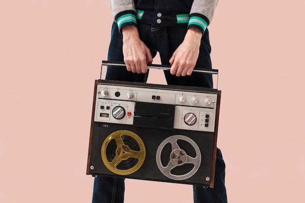 Макро подросток держит кассету Бесплатные Фотографии
