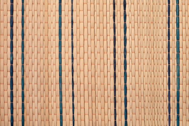 ネイティブのタイ風織りスゲマット背景のテクスチャを閉じます。伝統的なタイのリードマットテクスチャ。 suea kokの地元の知恵(リードマット)。 Premium写真