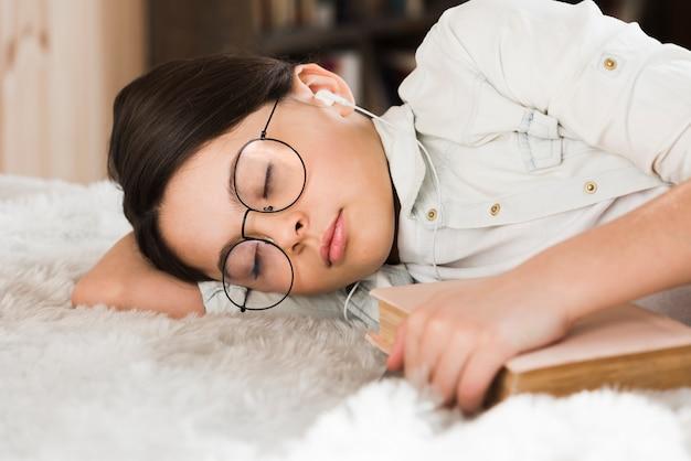 Sonno stanco della ragazza del primo piano Foto Gratuite
