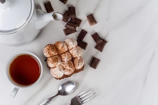 お茶とおいしいミニチョコレートケーキのクローズアップ。クックとベーカリーのコンセプトです。 無料写真