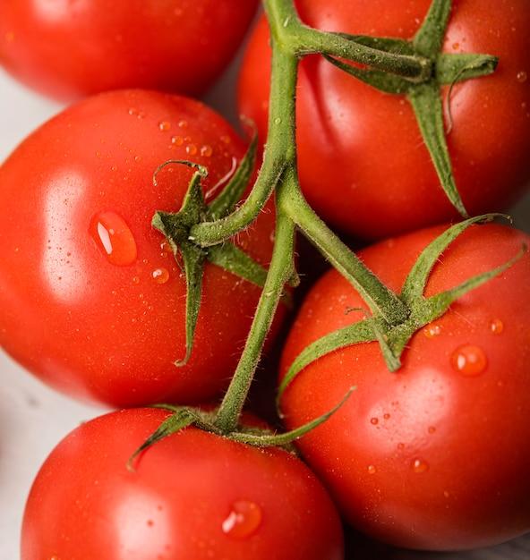 水滴とクローズアップトマト 無料写真