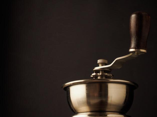 Верхняя часть конца-вверх винтажной ручки мельницы кофемолки на темной предпосылке. Premium Фотографии