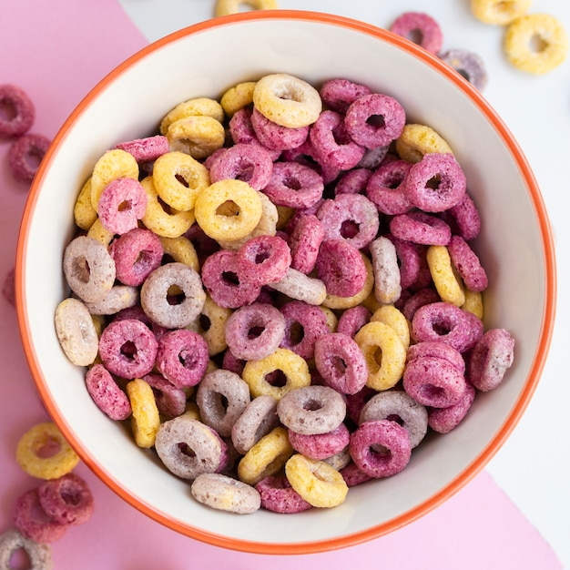 Close-up top view delicious bowl of fruit cereal loops Free Photo