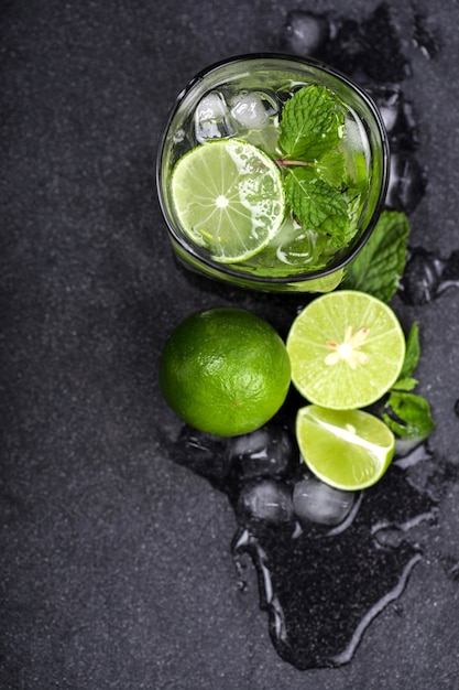 Close up top view or overhead shot of  the fresh mojito cocktail Premium Photo