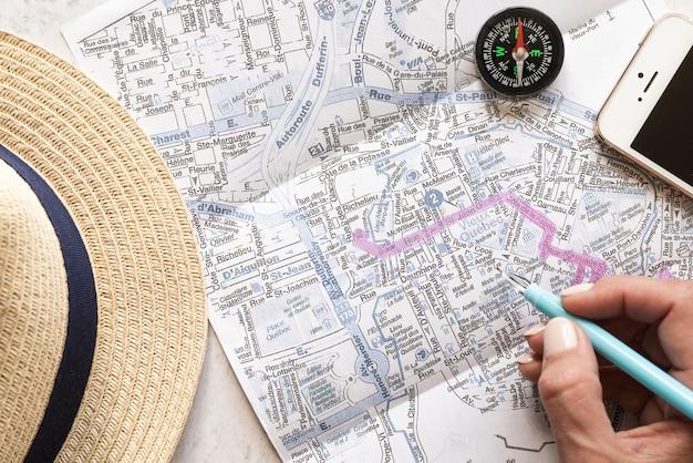 旅行者のアクセサリーや地図を閉じる 無料写真