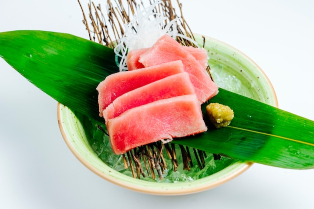 Close up of tuna sashimi bowl served on stick board in white background Free Photo