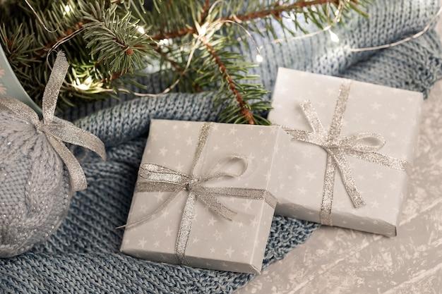 Закройте две подарочные коробки diy, еловые ветки Premium Фотографии