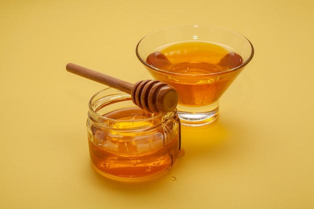 Close-up variety of honey bowls Free Photo
