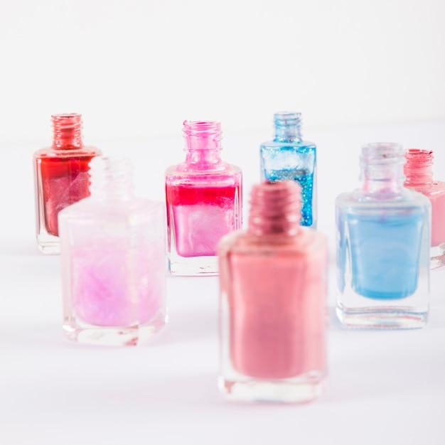 Close-up di varie bottiglie di smalto colorati multi Foto Gratuite