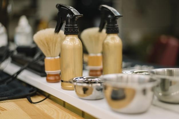 Vista del primo piano degli accessori del negozio di barbiere Foto Gratuite
