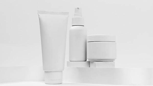 Vista ravvicinata di prodotti cosmetici con copia spazio Foto Gratuite