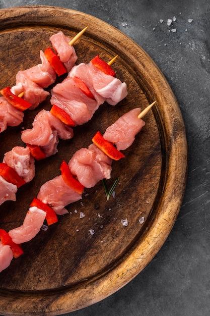 Vista ravvicinata del concetto di carne sul trinciapaglia Foto Gratuite