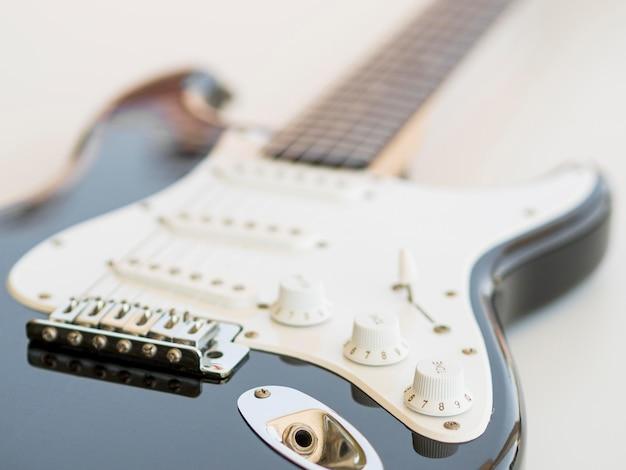 Крупным планом вид красивой гитары Premium Фотографии