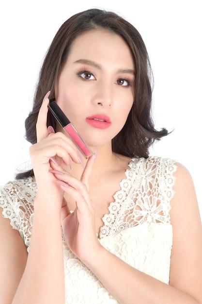 ピンクの口紅で美しい女性の唇のビューを閉じます。 Premium写真
