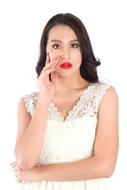 ピンクのマットな口紅で美しい女性の唇のビューを閉じます。美容または美容メイクのコンセプト。 Premium写真