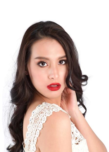 赤い口紅で美しい女性の唇のビューを閉じます。 Premium写真