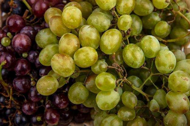 Крупным планом вид черного и белого винограда для фонового использования Бесплатные Фотографии