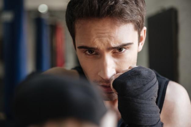 ジムで運動をしているボクサーのクローズアップ表示 無料写真