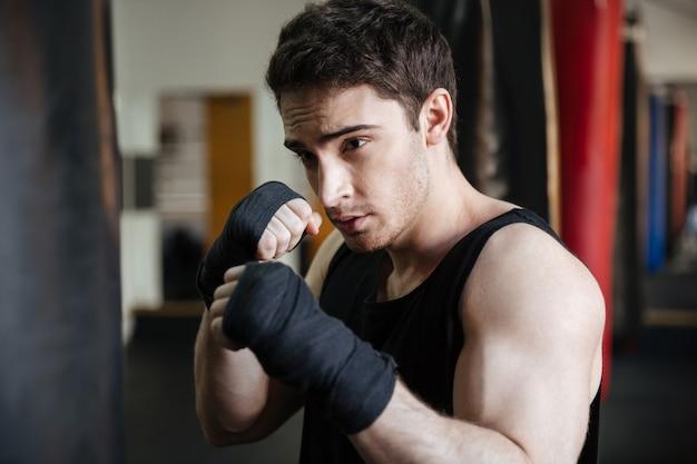 パンチバッグとボクサーのトレーニングのクローズアップ表示 無料写真
