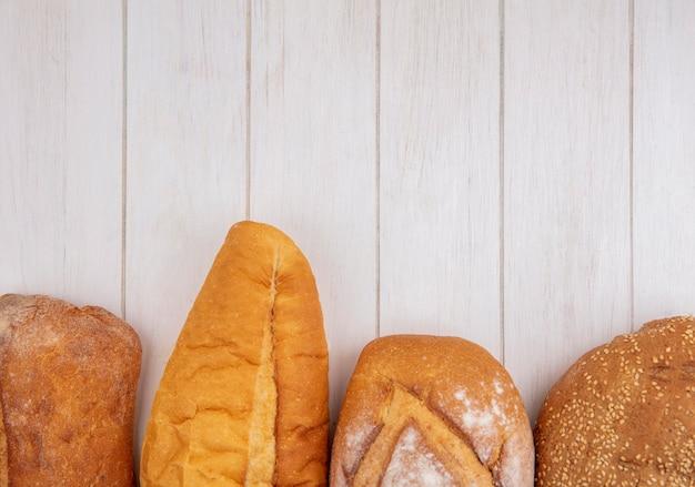 コピースペースと木製の背景にバゲットシード茶色の穂軸と無愛想なものとしてパンの拡大図 無料写真