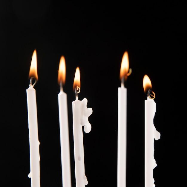 炎の配置とキャンドルの拡大図 無料写真