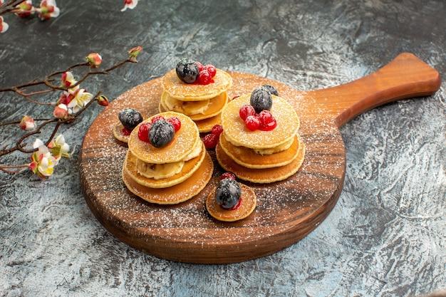 灰色の花と古典的なアメリカのパンケーキのクローズアップビュー 無料写真