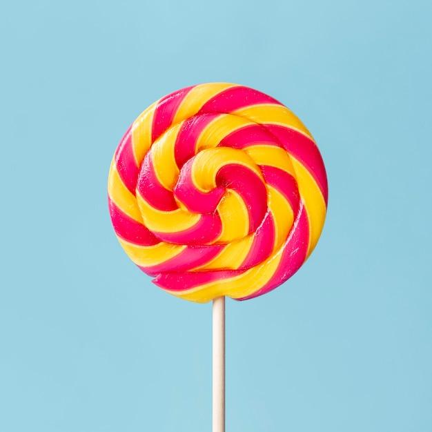 Крупным планом красочный вкусный леденец на палочке Бесплатные Фотографии
