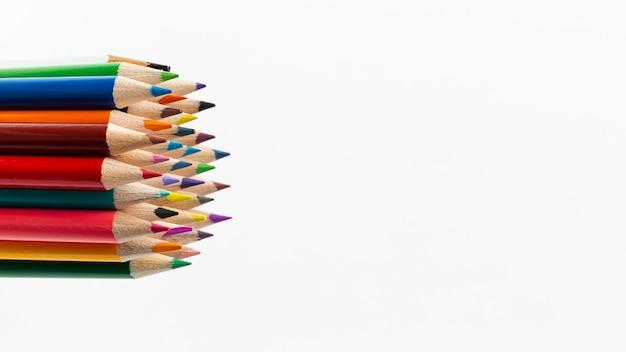 コピースペースでカラフルな鉛筆のクローズアップビュー 無料写真