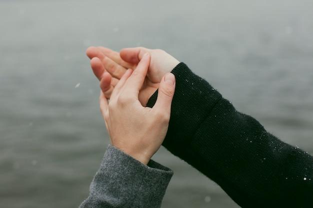 Крупным планом вид концепции руки пара Бесплатные Фотографии