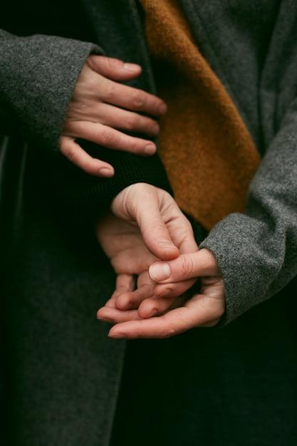 Крупным планом пара, взявшись за руки Бесплатные Фотографии