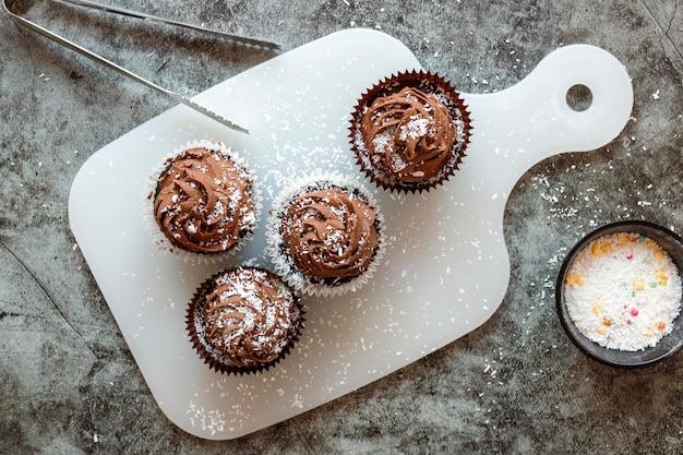 おいしいチョコレートカップケーキのクローズアップビュー Premium写真