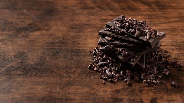 木製のテーブルの上のおいしいチョコレートのクローズアップビュー 無料写真