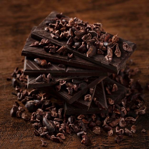 木製のテーブルの上のおいしいチョコレートのクローズアップビュー Premium写真