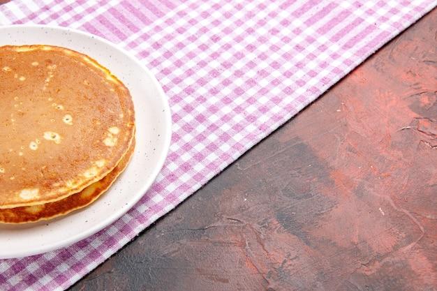 混合色のピンクのストリップタオルでおいしいパンケーキのクローズアップビュー 無料写真