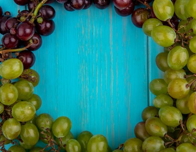 コピースペースと青い背景に丸い形に設定されたブドウの拡大図 無料写真