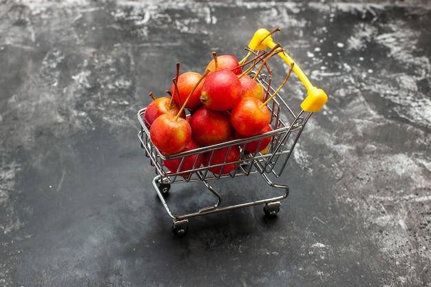 회색에 빨간 체리와 미니 쇼핑 차트의보기를 닫습니다 무료 사진