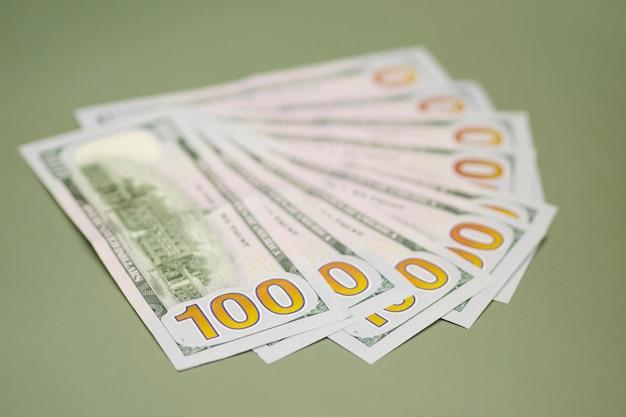Крупным планом вид денег на столе Бесплатные Фотографии