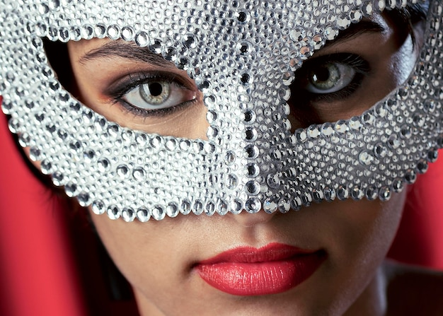 カーニバルマスクを持つ謎の女性のクローズアップビュー Premium写真