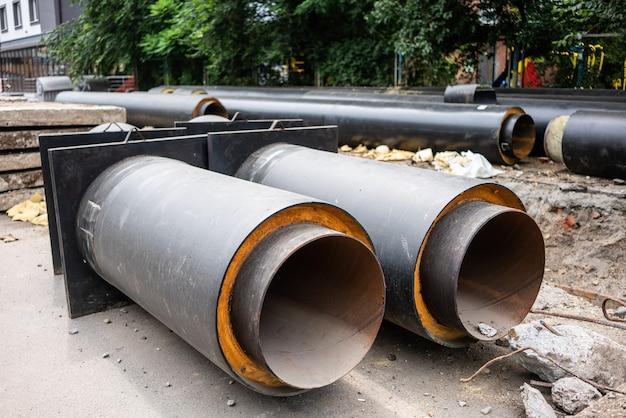 夏の日の都市道路の新しい断熱水道管の拡大図 Premium写真