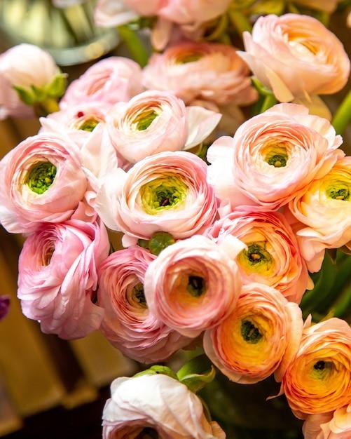 ピンクのラナンキュラスの花の花束のクローズアップ表示 無料写真