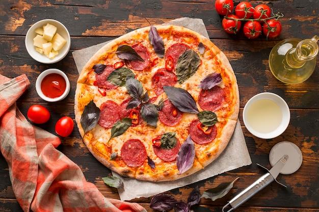 Крупным планом вид пиццы на деревянном столе Бесплатные Фотографии