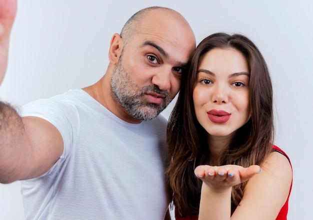 향해 손을 뻗어 기쁘게 성인 커플 남자와 타격 키스를 보내는 여자의 근접 촬영보기 무료 사진